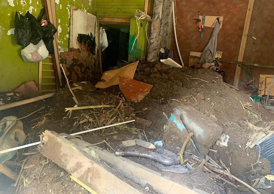 Оползень фактически зашел в дом к жительнице Невельска