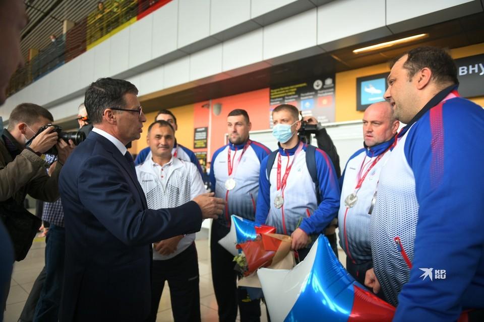В Екатеринбурге встретили спортсменов-участников Паралимпийских игр. Мужская сборная завоевала серебряные медали