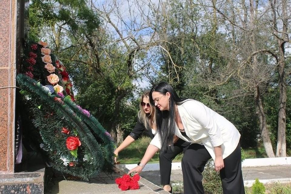 Жители Керчи возложили цветы в местах боевой славы. Фото: пресс-служба администрации Керчи