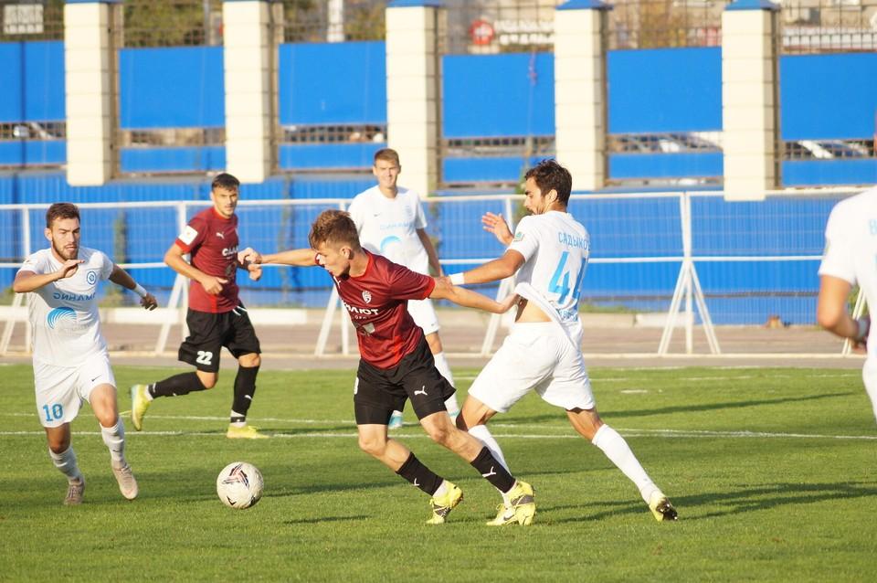Наш Денис Дегтев занимает второе место в споре бомбардиров с шестью мячами. Фото fcsalyut.ru.