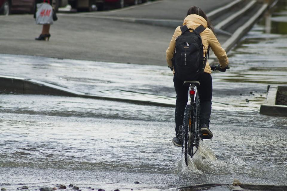 Воду на улицу сливают из-за ремонта теплотрассы