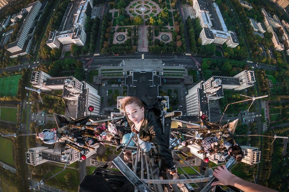 На крышу сталинской высотки нелегально проникали и другие безбашенные, но столь массовый «налет» организовали впервые. Фото: Даниил Пустовалов