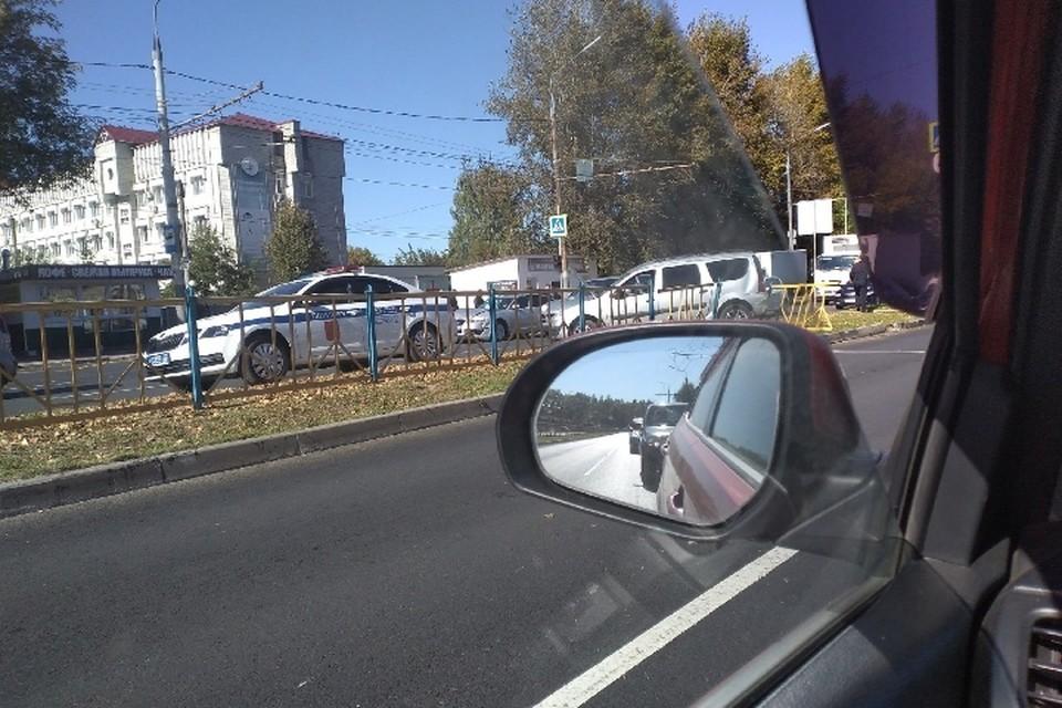 "На месте столкновения машин работают сотрудники МЧС, ГИБДД и медики. Фото: ""ЧП и ДТП Брянск"", vk.com."