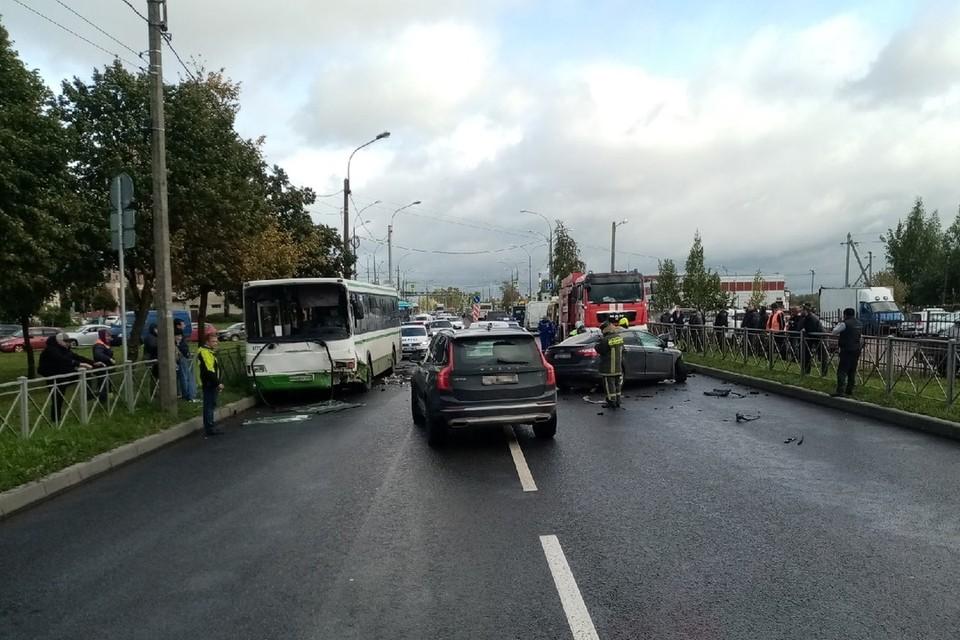 Автобус столкнулся с иномаркой в Колпино на Заводском проспекте. Фото: vk.com/avto.kolpino