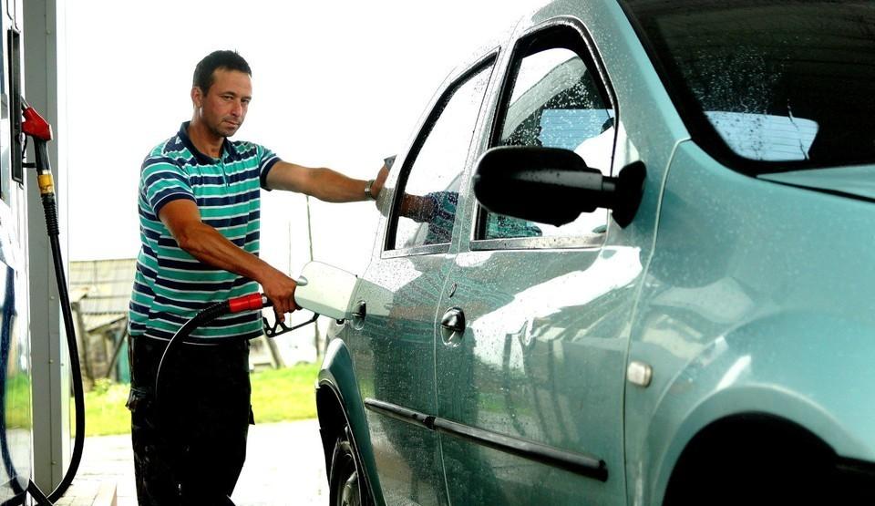 Росстат сообщил о снижении цен на бензин