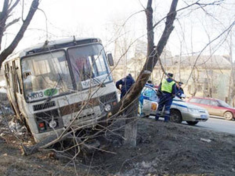 От столкновения ПАЗик накренился на бок, но все пассажиры вылезли из него самостоятельно
