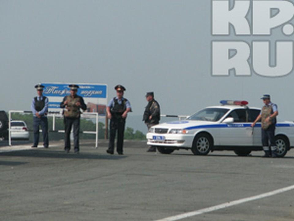 На въездах в города дежурят милиционеры, они пропускают машины только по одной полосе.