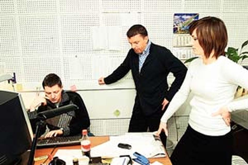 Леонид Парфенов обсуждает с Асет Вацуевой и Алексеем Пивоваровым каждый выпуск «Страны и мира».