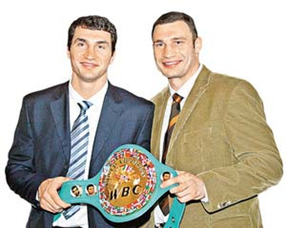 Рыцарям ринга Виталию (справа) и Владимиру к лицу как элитные костюмы от «Хуго Босс», так и чемпионский пояс.
