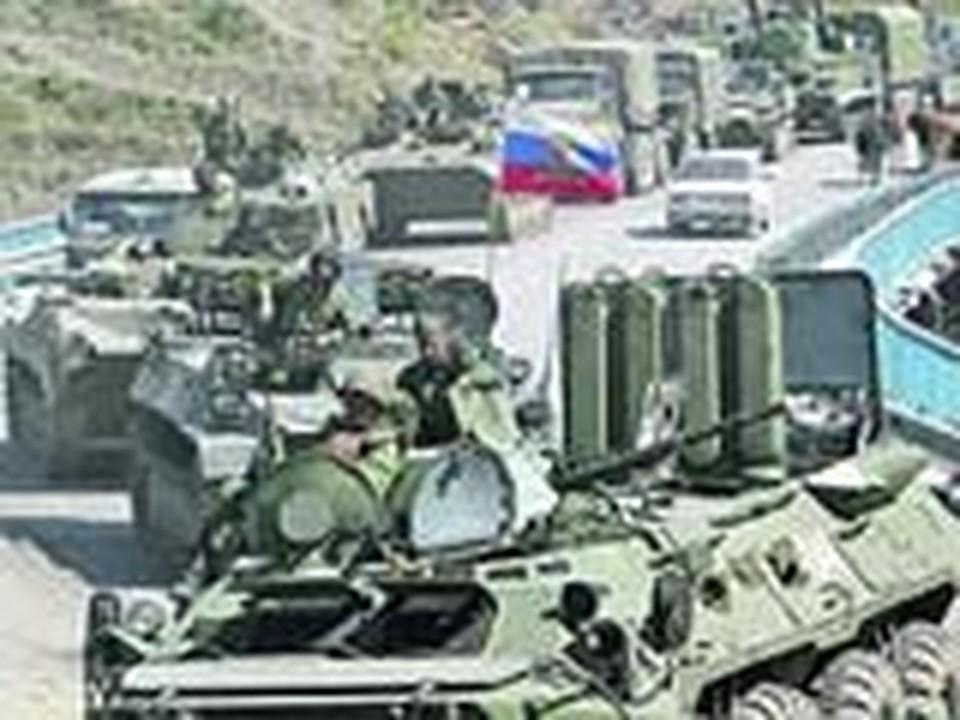 Колонна российской боевой техники движется навстречу войне. Через полчаса она попадет под обстрел.