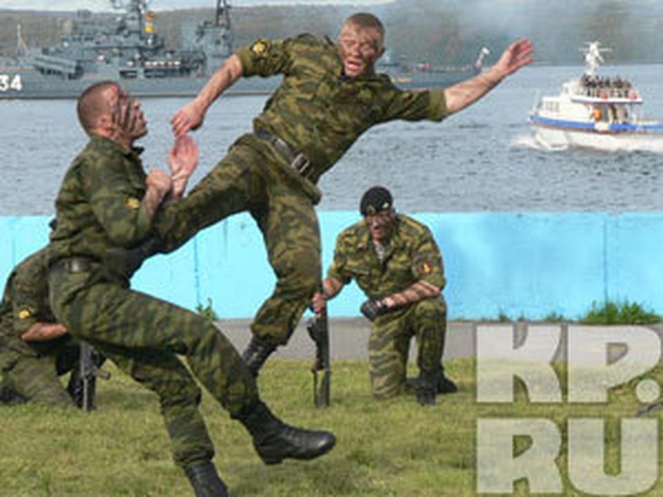 В День ВМФ северяне всегда могут посмотреть эпизоды учений военных моряков, а также показательные выступления