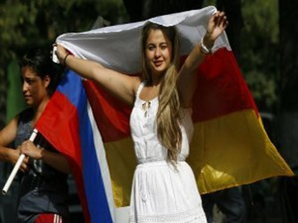 Осетинские девушки с флагами Южной Осетии и России