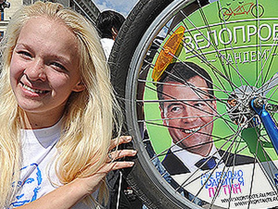 Поклонники Медведева и Путина начали велопробег на тандемах