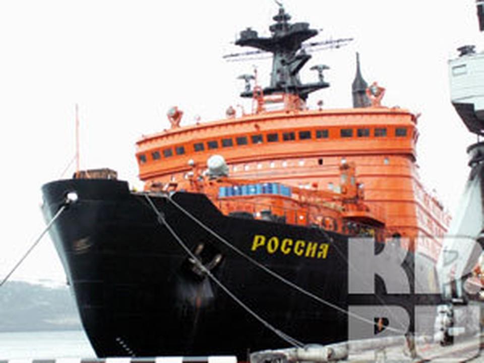 """Атомоход """"Россия"""" регулярно отправляется на Северный полюс снимать со льдины дрейфующую станцию."""