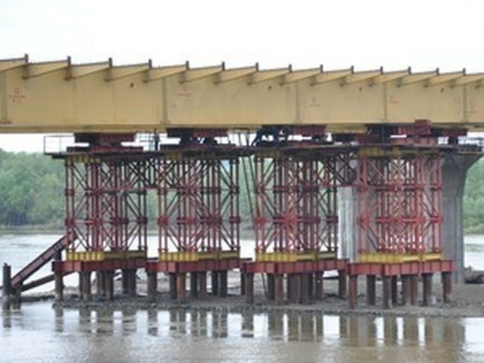 Строительство третьего моста через Обь ведется быстрее, чем предполагалось.