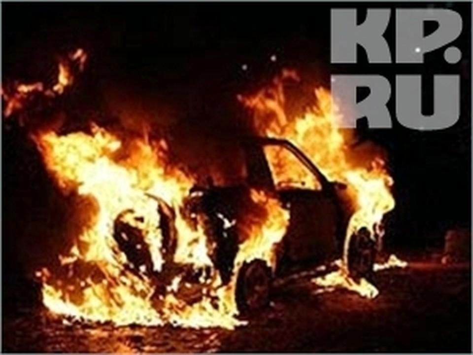 «BMW» врезался в ограждение, развалился на две части и загорелся в Вологодской области.