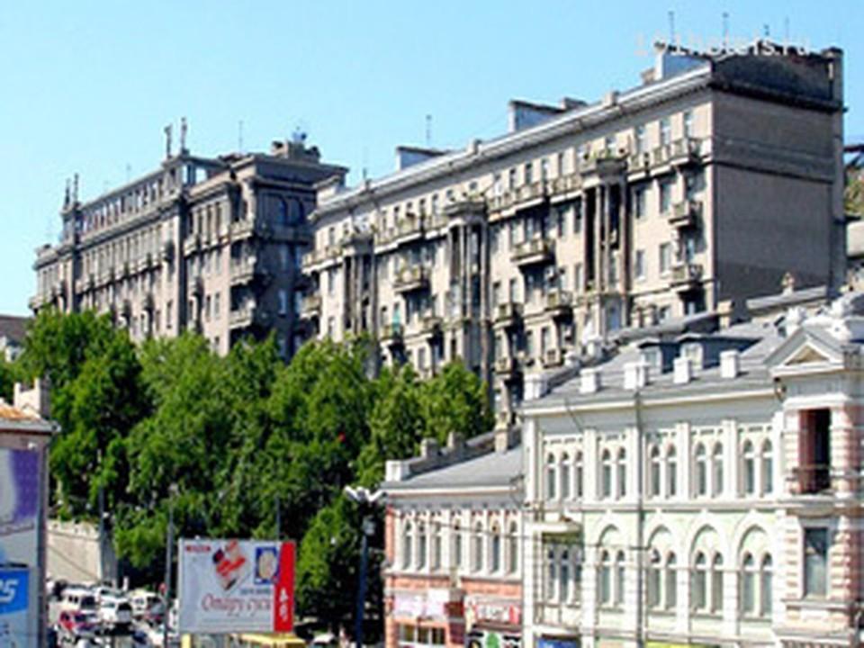 Остановку назвали в честь исторического здания.