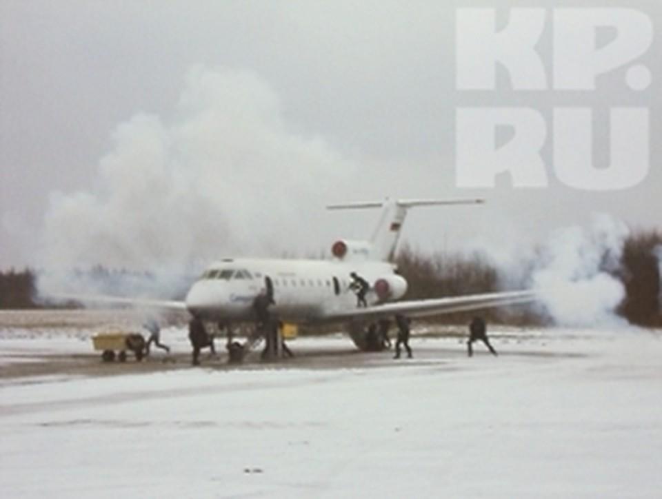 Спецслужбы обезвредили террористов, захвативших самолет с заложниками в Вологодской области.