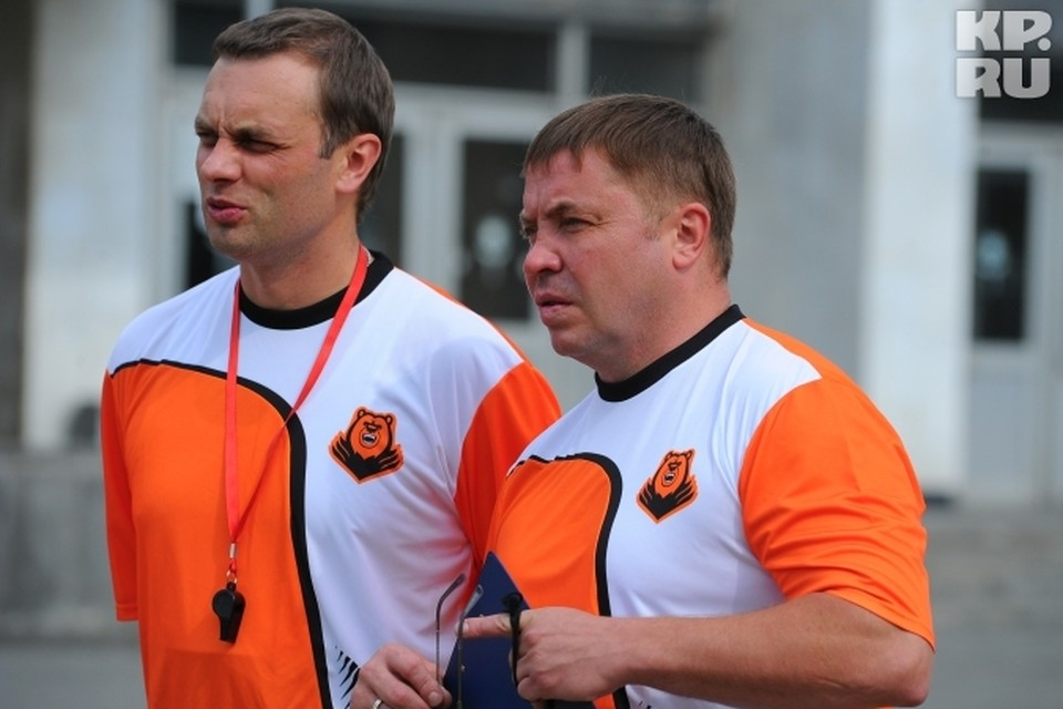 Главный тренер Александр Гулявцев (справа) и его помощник Александр Смагин руководят первой тренировкой.
