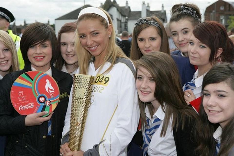 Перед тем как добраться до Лондона, олимпийский факел в компании Татьяны Навки (на фото - с шотландскими школьниками) и других звезд спорта пропутешествовал по всему миру.