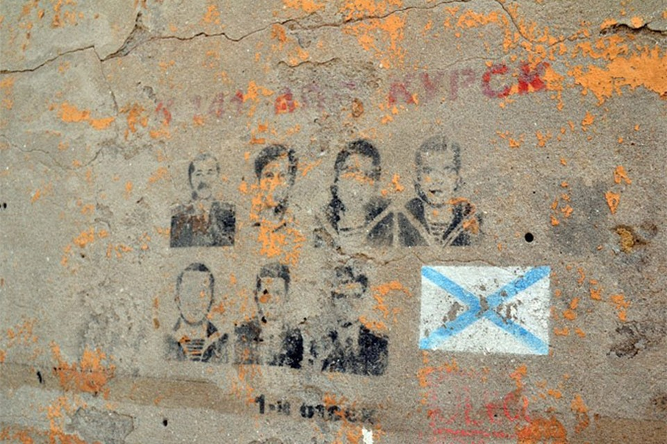 "Граффити с портретами моряков ""Курска"" на стенах венецианских домов."