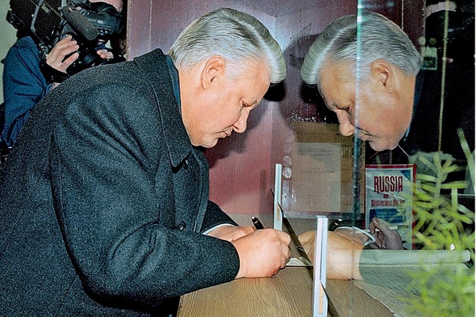Исторический кадр: гражданин России Борис Ельцин получает свой кровный ваучер. Интересно, онтоже распорядился им бездарно или получил-таки свою долю госсобственности?...