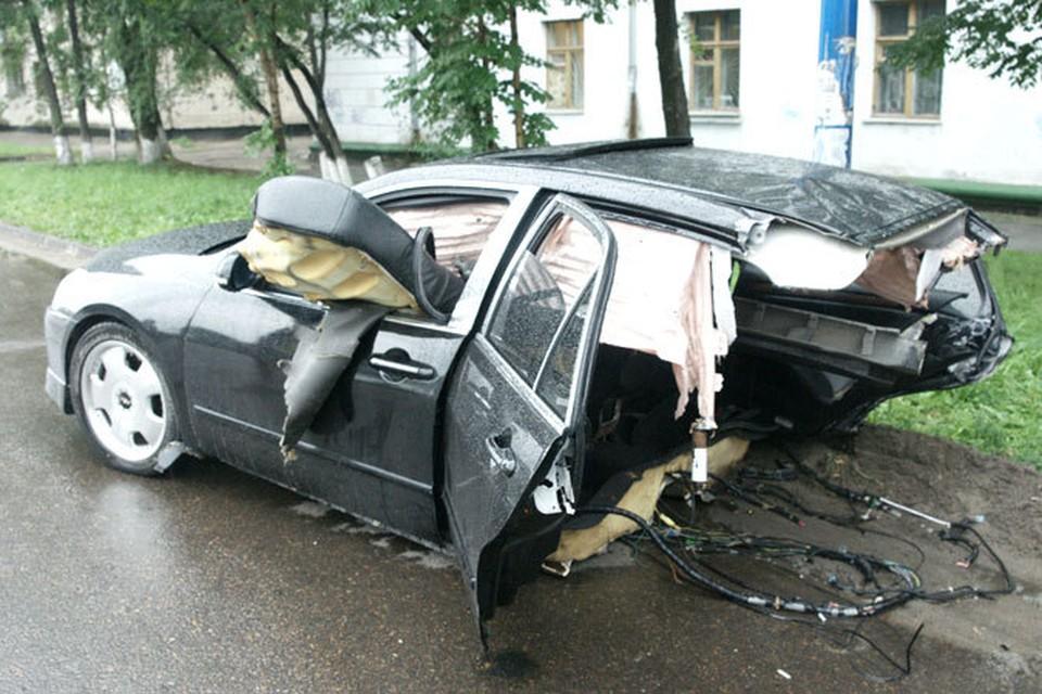 Страшную аварию произошла 18 августа в 00.40 на перекрестке улиц Горького и Театральной. Honda была распиленной и от удара разлетелась на две части...