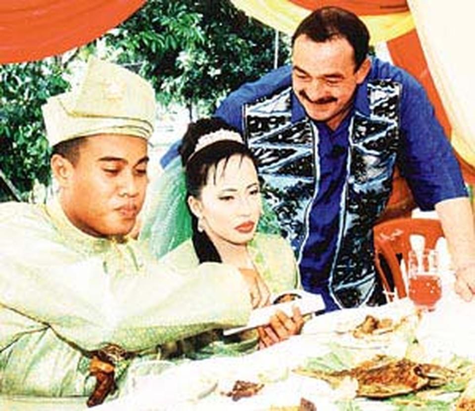 На свадьбе Кожухов сидел рядом с молодыми как почетный гость.