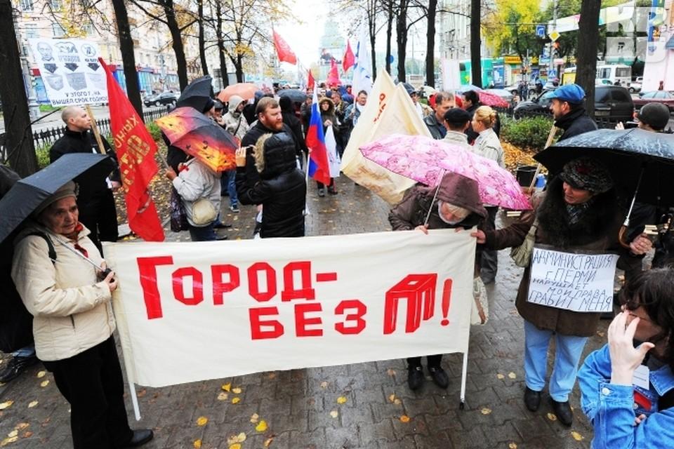 Колонна митингующих двинулась от Комсомольской площади.