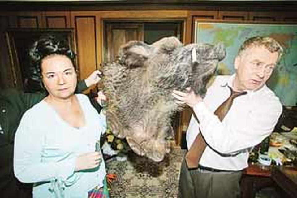 Супруги Жириновские приняли презент.