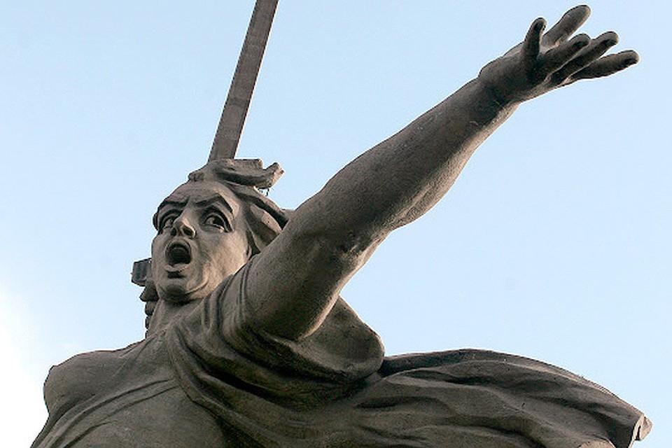 """Монумент """"Родина-мать зовет"""", фрагмент."""