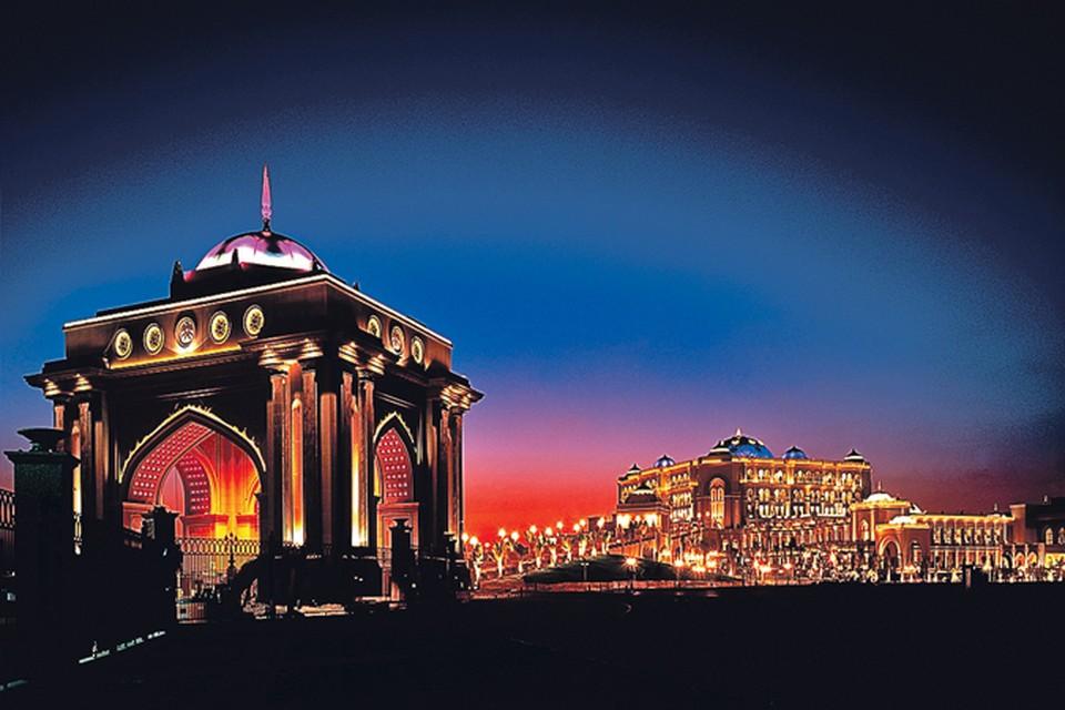 В самом роскошном отеле Emirates Palace установлены автоматы по продаже золота с надписями на русском языке.