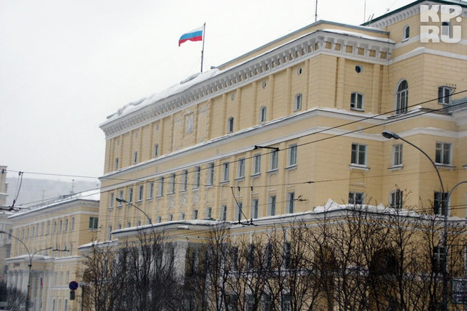 Административное здание в Мурманске выдержало наезд отечественной машины.