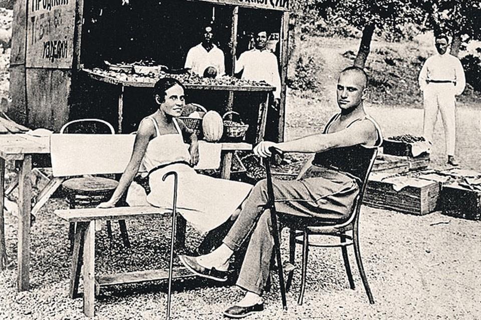 1 июля 1926 года. Маяковский и Лиля Брик на отдыхе в Ялте.