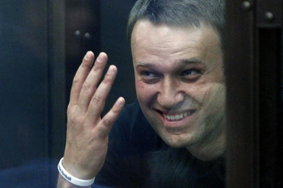 Алексею Навальному присуждено пять лет отбывать в колонии общего режима, а также выплатить штраф — полмиллиона рублей
