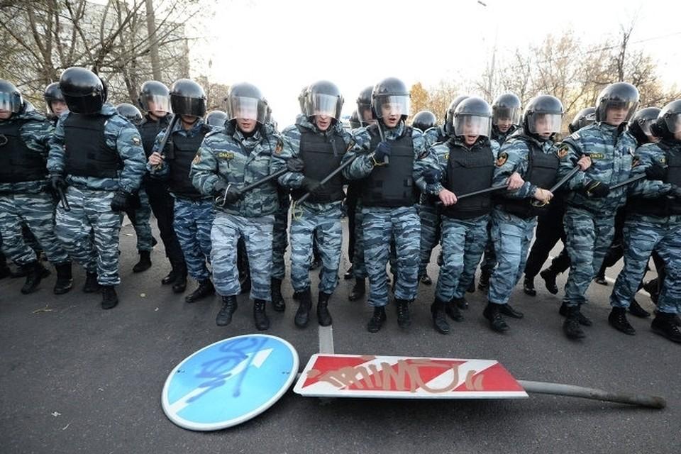 После погрома в Бирюлево полицейские под прикрытием БТРов проверяют овощебазу и прохожих