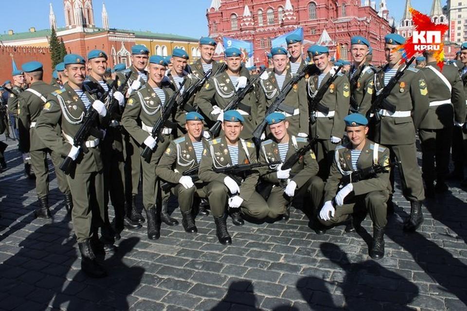 Нынешние пятикурсники десантного училища в 2013 году участвовали в Параде Победы на Красной площади в Москве.