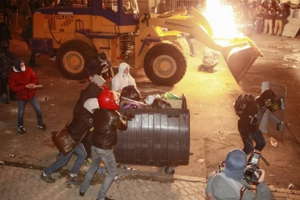 Демонстранты в Киеве заблокировали здание кабмина