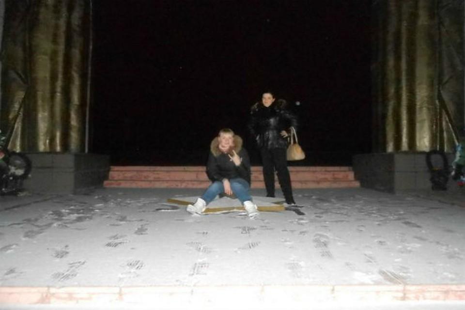 Юля (на фото слева) не считает это фото предосудительным