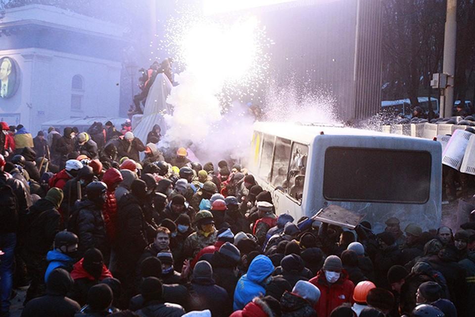 Митингующие сожгли 4 автобуса и два грузовика
