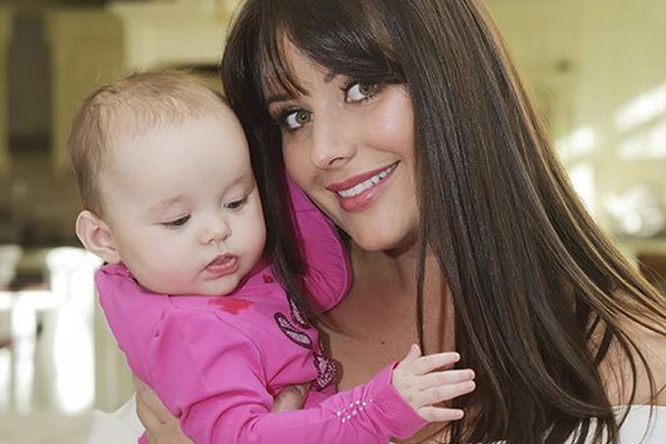 По словам Оксаны, ее крошечная дочка очень похожа на своего папу.