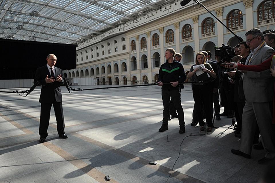 Спустя четыре часа после общения с населением Владимир Путин вышел к журналистам в атриум Гостиного двора