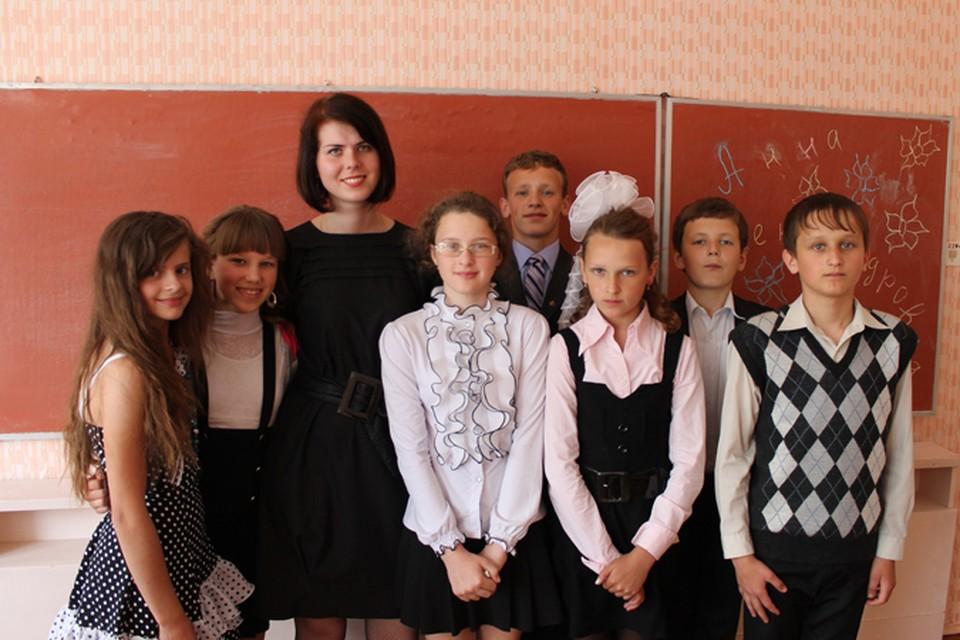 Анна Бурдина уже второй год работают по распределению в деревне Круча Круглянского района Могилевской области учителем русского языка и литературы.