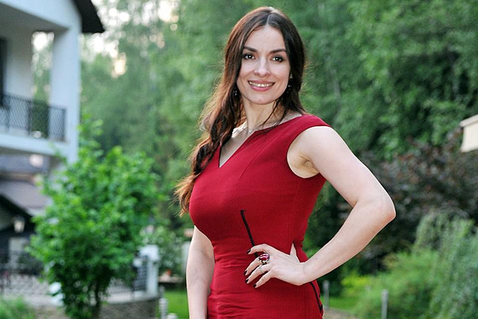 vstala-pozu-pevets-viagra-nadezhda-granovskaya-sela-litso