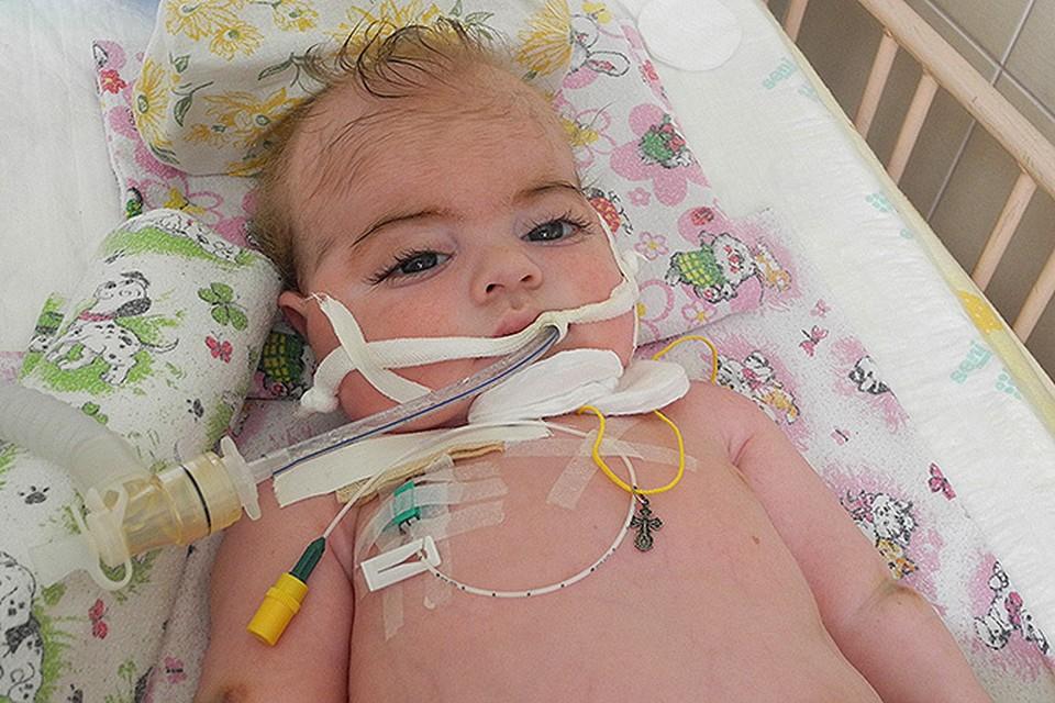 Маленькому Жене не повезло: он болен, лежит на аппаратах в реанимации.