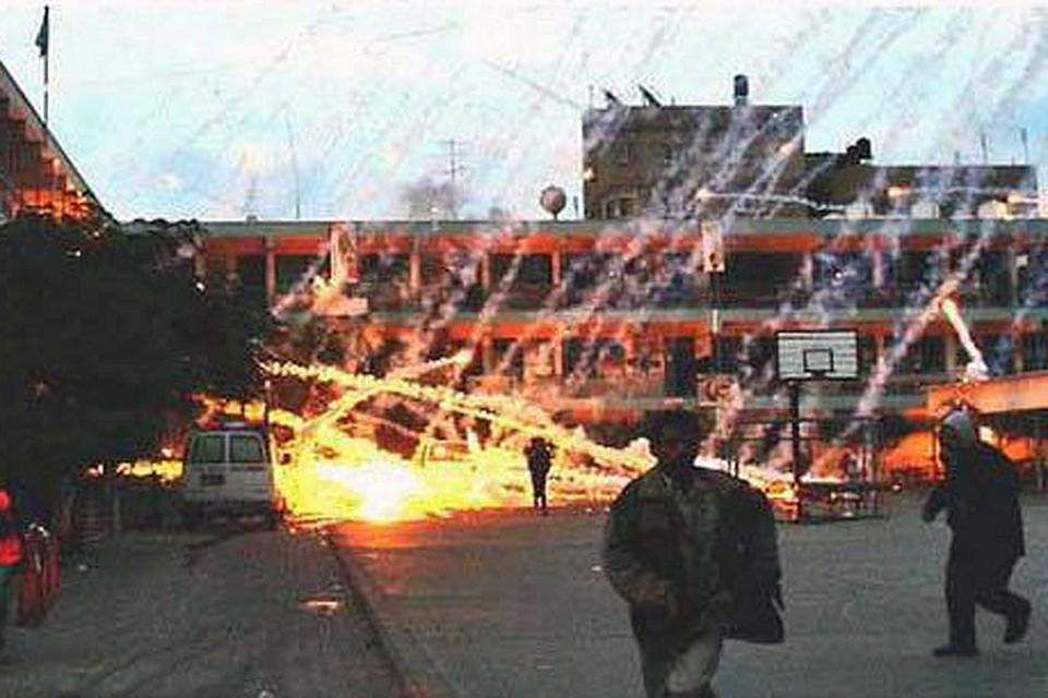 Снаряд,  содержащий белый фосфор,  после взрыва на определенной высоте, разбрасывает воспламенившееся вещество по значительной территории