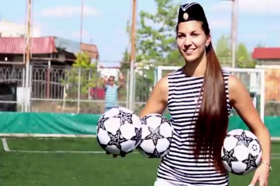 Девушки из Севастополя пожелали футболистам славных побед