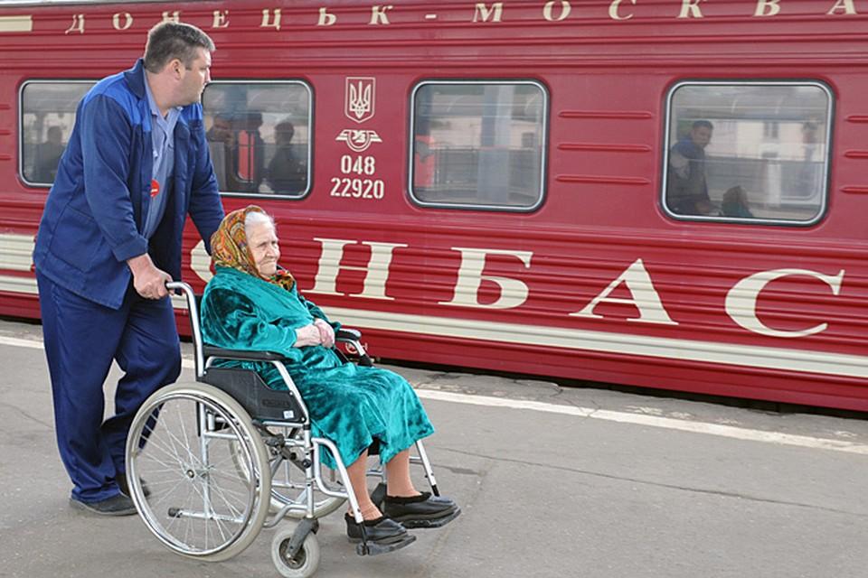 Ну, а донецкий поезд малиновый, как запекшаяся кровь. Донбасс это теперь боль России