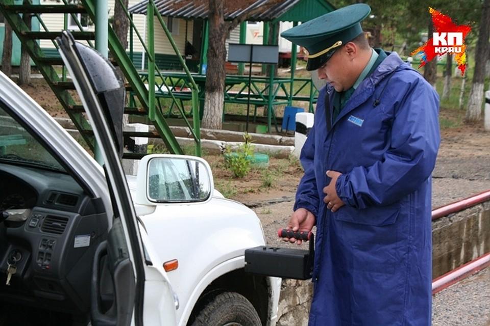 В Забайкалье посты разные а вот проблемы общие Инспектор Максим Андреевский ведет осмотр автомобиля