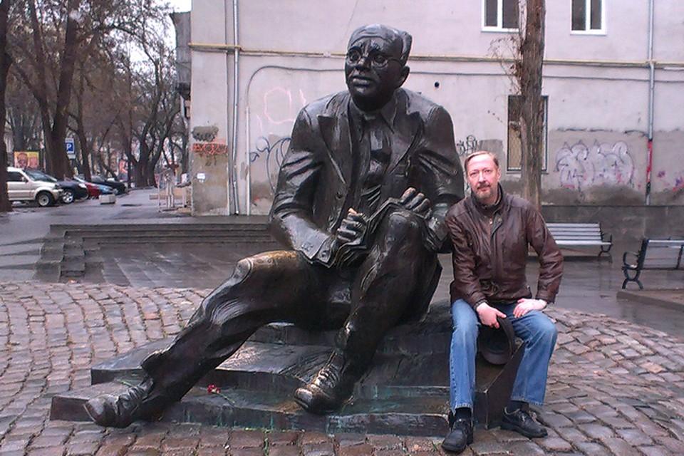 """Американский профессор у памятника Исааку Бабелю, описавшему в """"Конармии"""" ужасы Гражданской войны 1918 года."""